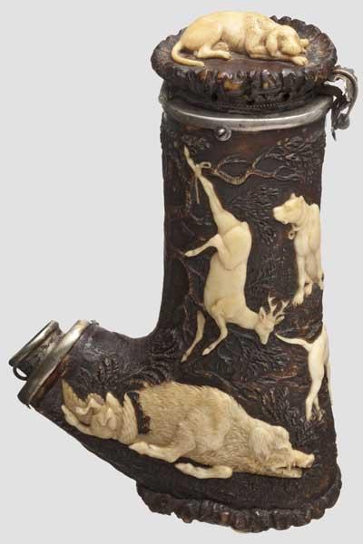 Auktionslos 2054 - Jagdlicher Pfeifenkopf aus Hirschhorn, Thüringen um 1830   Fein geschnitzter Kopf mit silberner