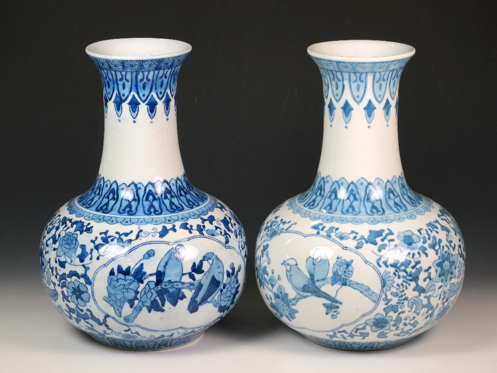 lot pareja de jarrones de porcelana china con decoracin azul cobalto de flores y