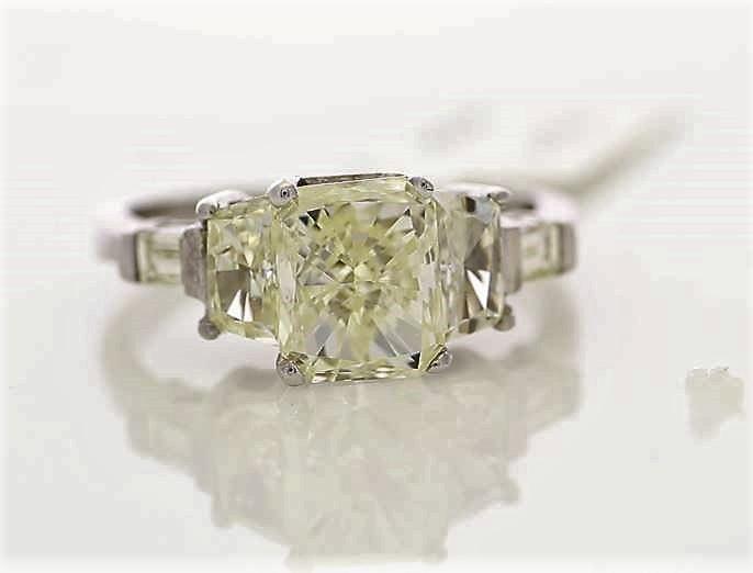 18k White Gold Three Stone Claw Set Diamond Ring 2.92