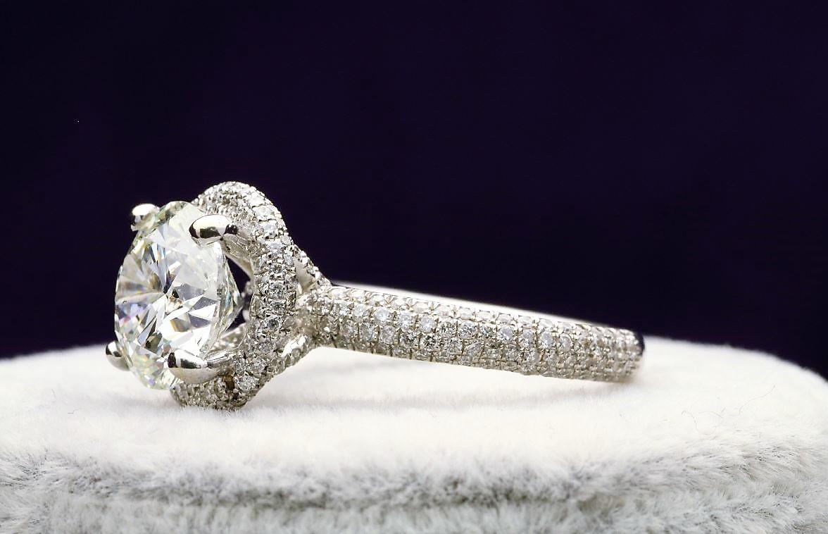 18k White Gold Single Stone With Halo Setting Ring 4.60 - Image 2 of 5