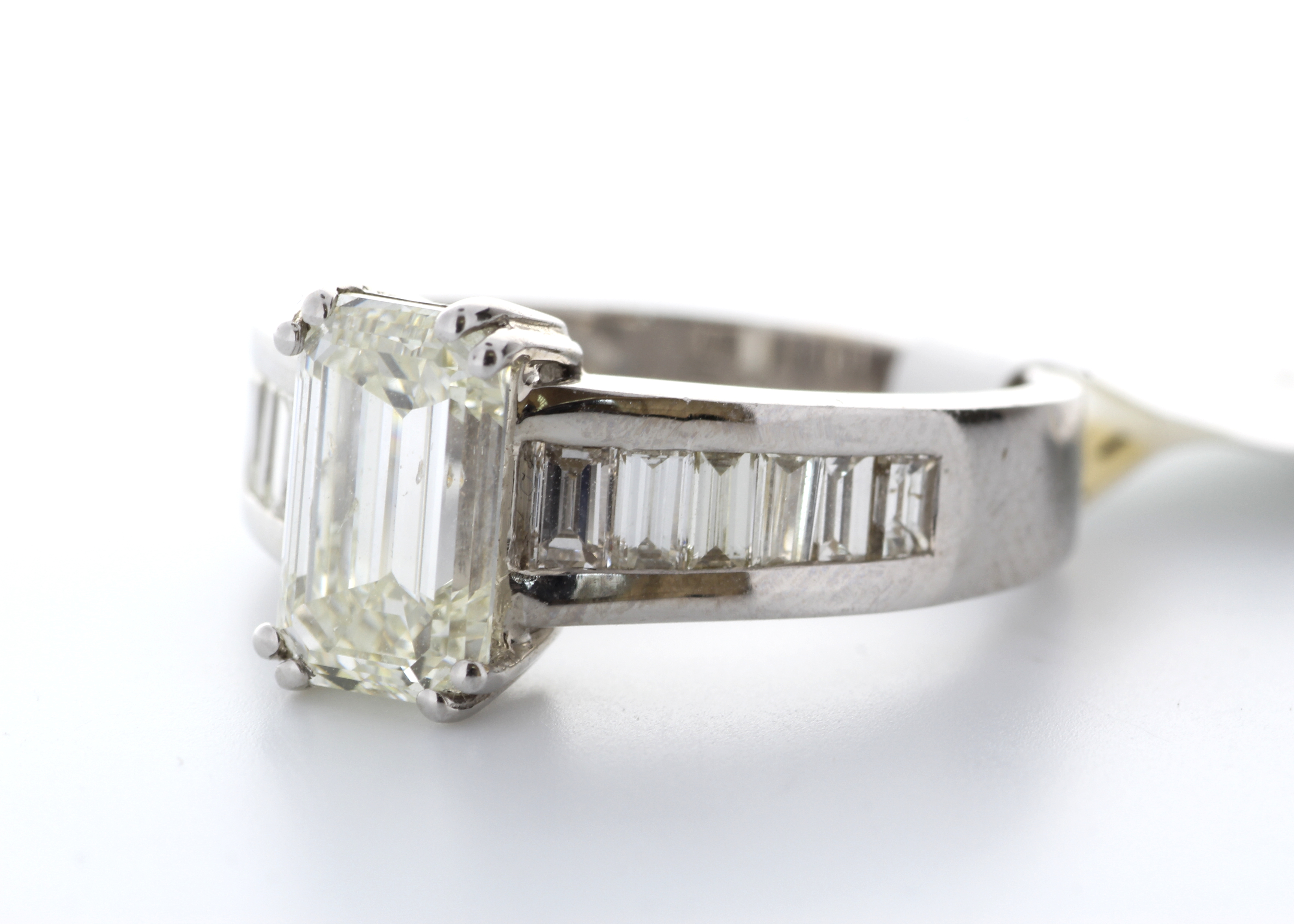 18k White Gold Single Stone Claw Set Emerald Cut With Stone Set Shoulders Diamond Ring (2.05) 2.90 - Image 2 of 3