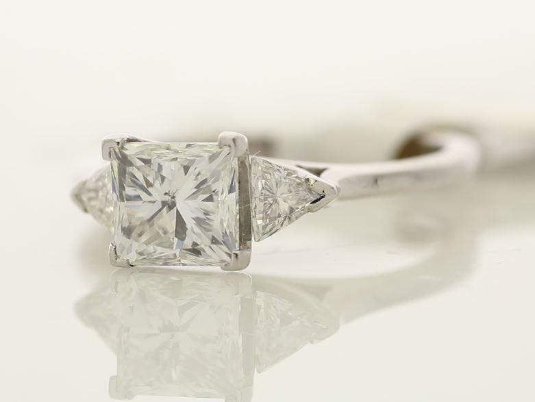 18k White Gold Three Stone Claw Set Diamond Ring 1.74 - Image 2 of 3