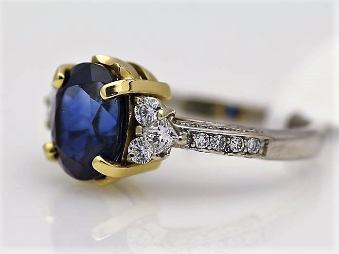 18k White Gold Three Stone Claw Set Diamond And Sapphire Ring 4.85 - Image 2 of 3