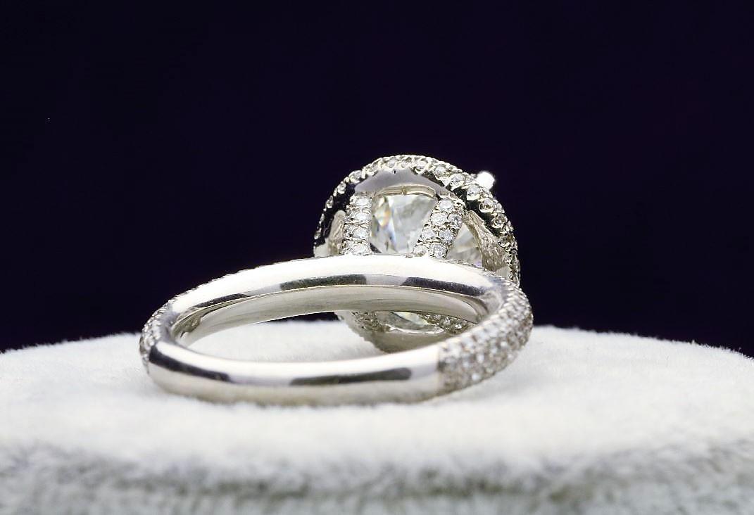 18k White Gold Single Stone With Halo Setting Ring 4.60 - Image 4 of 5