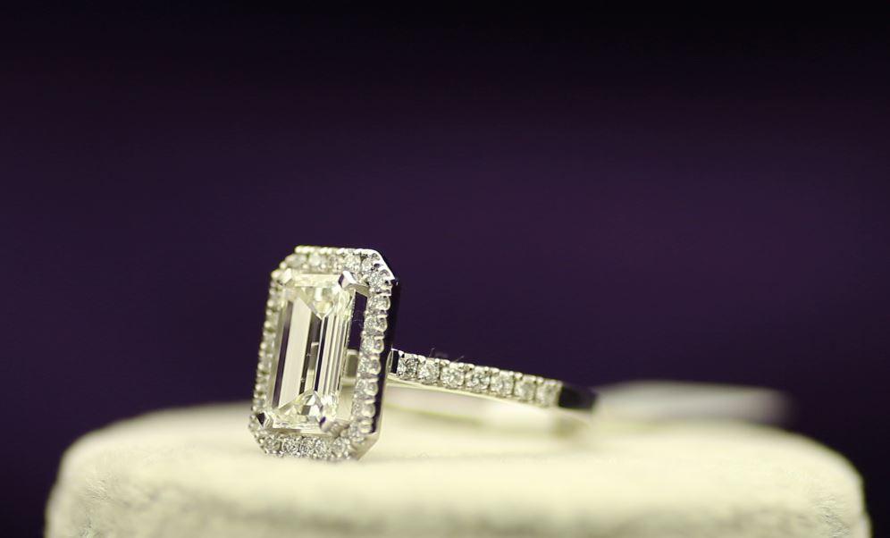 18k White Gold Single Stone With Halo Setting Ring 2.55 - Image 2 of 4