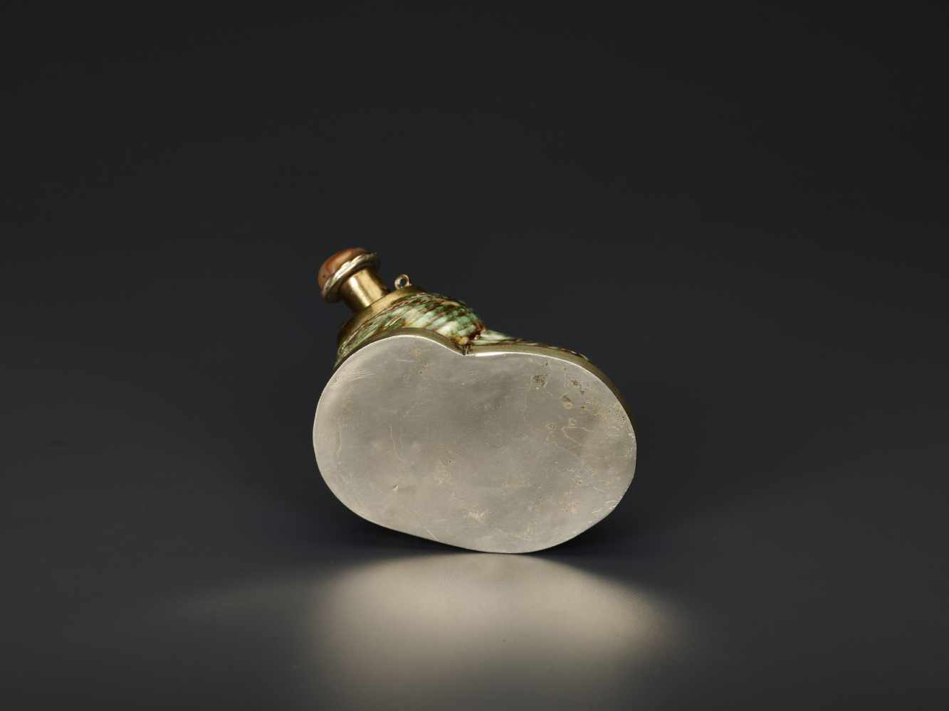 TURBO CONCH PERFUME CONTAINER WITH AGATE STOPPER, 19th CENTURYTurbo conch, silver plate metal and - Image 6 of 6