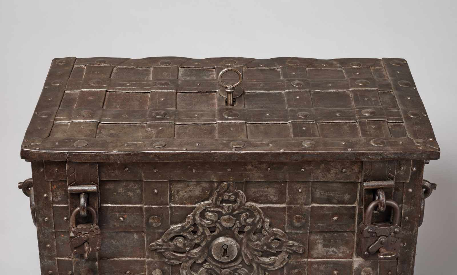 A 17th CENTURY GERMAN WROUGHT IRON 'ARMADA' CHEST WITH MERMAIDSWrought iron, paintGermany17th - Image 14 of 16