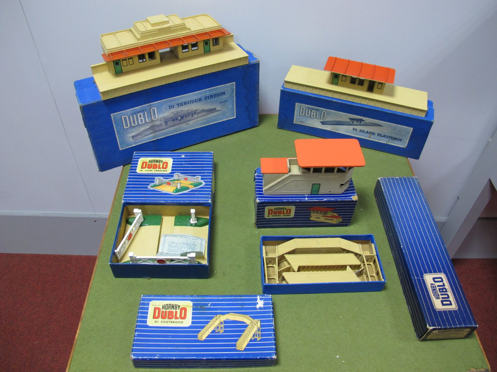 Lot 10 - Hornby Dublo Lineside Accessories, comprising of platform extension with wall, DI island platform,