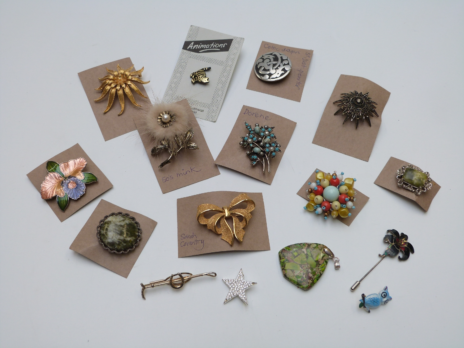 Lot 17 - A collection of costume jewellery including agate bangle, agate bracelet, vintage brooches including