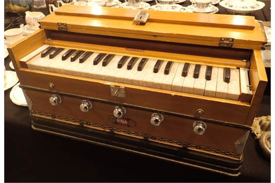 Bina 5 Deluxe harmonium in working order CONDITION REPORT: Box has