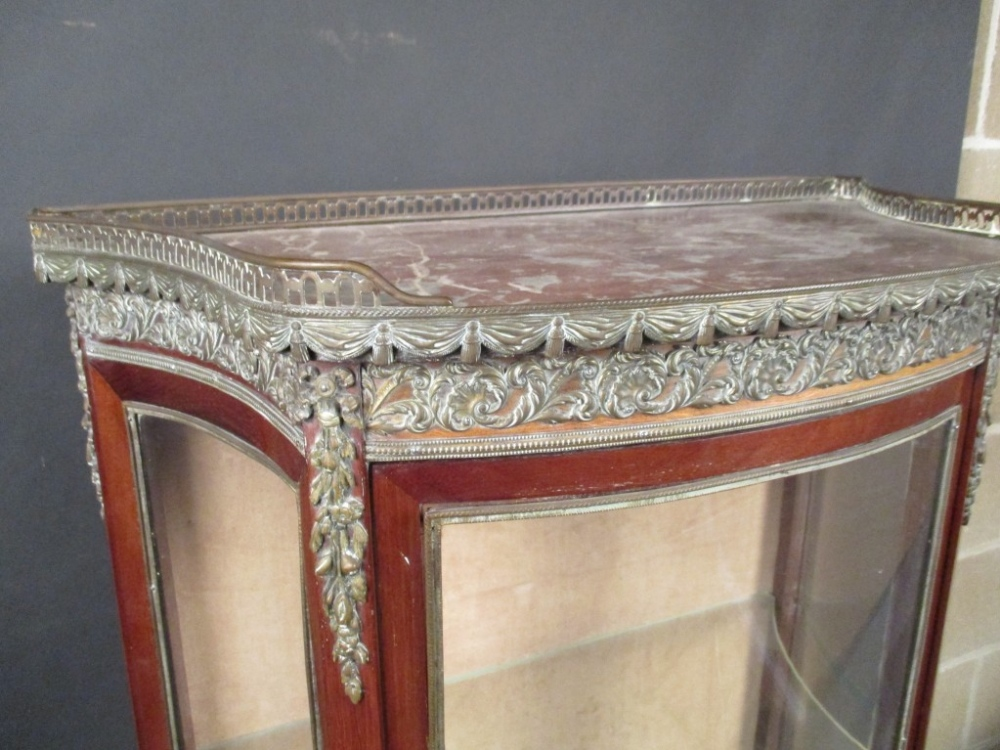 Lot 824 - A late 19th century French gilt mounted mahogany vitrine, circa 1900, the galleried marble top above