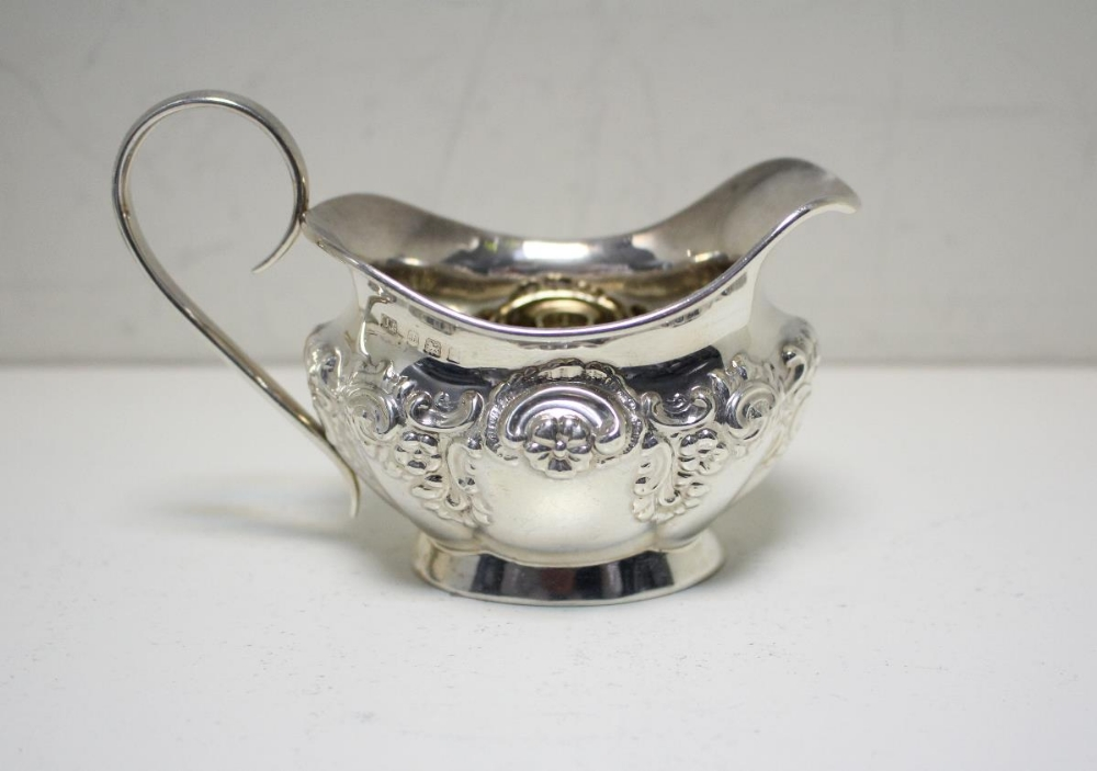Lot 351 - A small silver sauce boat, by Collingwood & Sons Ltd, Birmingham 1935, of oval panelled form