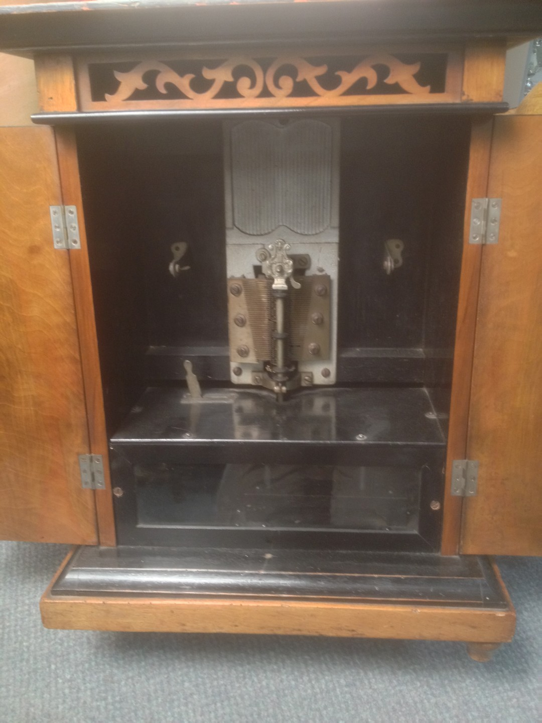 Lot 671 - A polyphon and ten 23cm (9 in) metal discs, the doors of the mahogany cabinet cross banded in