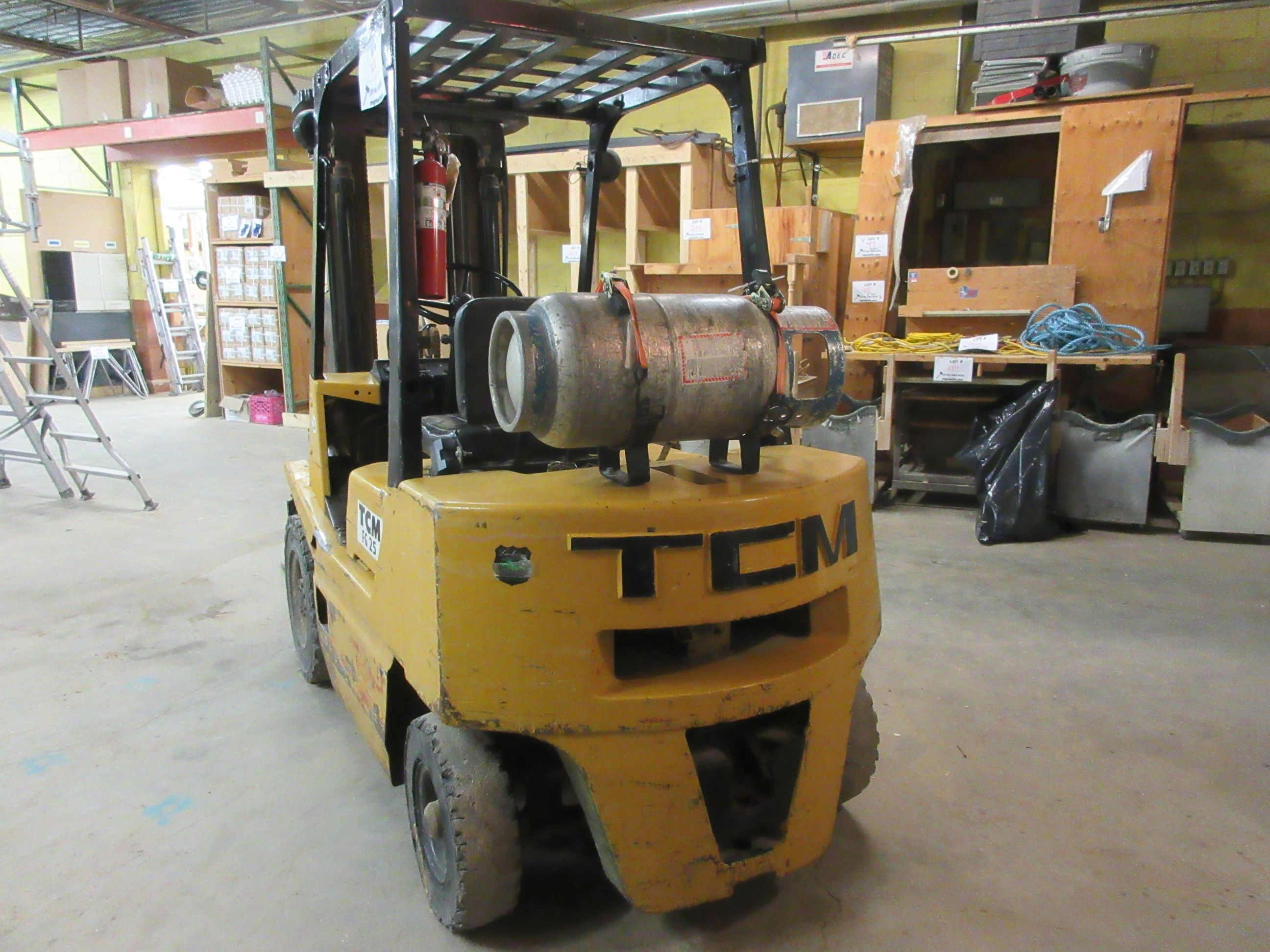 TCM propane forklift, Mod: FG25, 3 sections, CAP: 5,000 lbs - Image 4 of 6