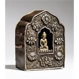 GAU MIT BUDDHA MARAVIJAYA Silber-Repoussé und gelbe Bronze. Tibet, 19. Jh.Amulettbehälter Gau mit