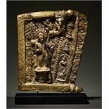 SAMANTABHADRA UND BUDDHAS IN FRIESTEIL Feuervergoldetes Repoussé. Tibet, ca. 15. bis 16. Jh. Ein