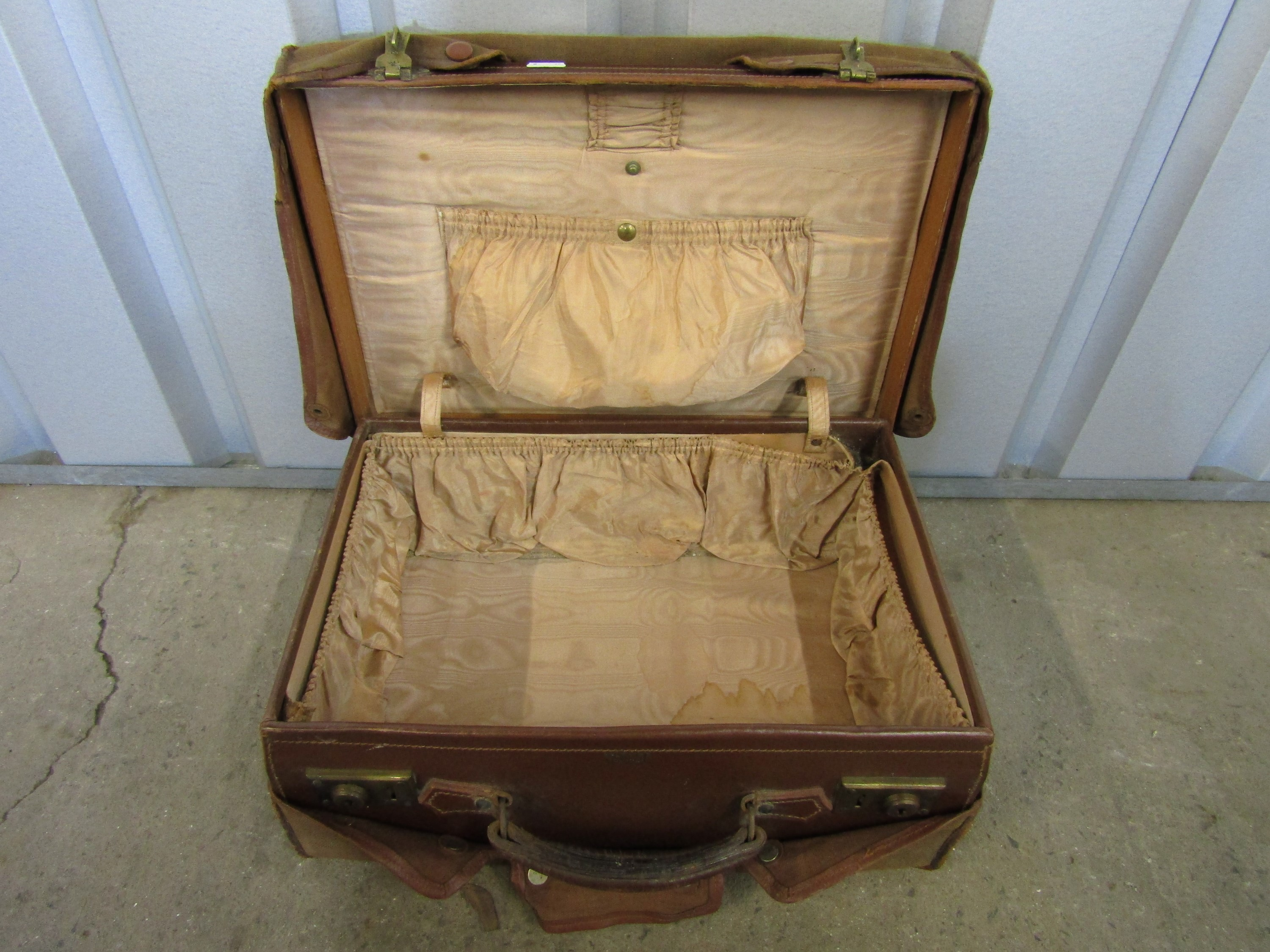 Lot 30 - A vintage leather vanity case with dust cover