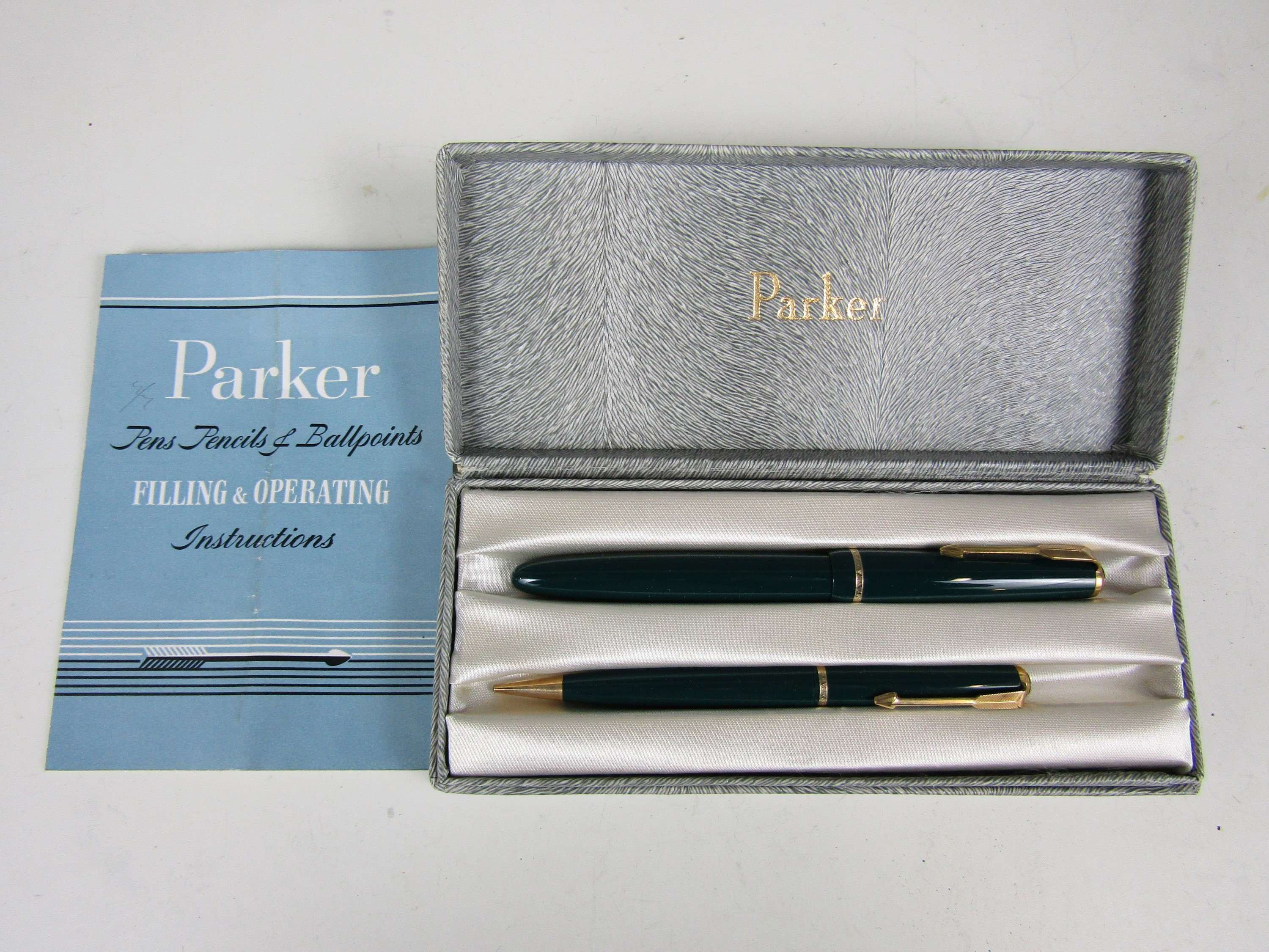 Lot 16 - A vintage cased Parker pen set with paperwork