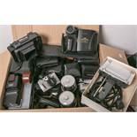 Gr. Konvolut von Foto- u. Filmtechnik, über 30 Teile, bestehend aus alten Kameras (teils