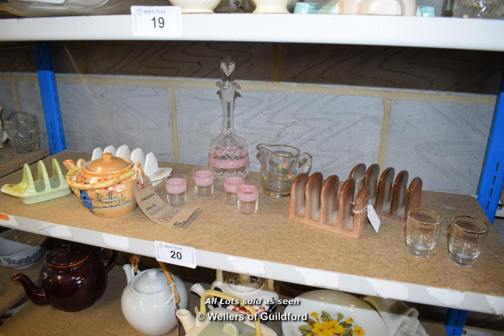 Lot 20 - *SHELF OF GLASSWARE, PORCELAIN WARE AND COLLECTABLES