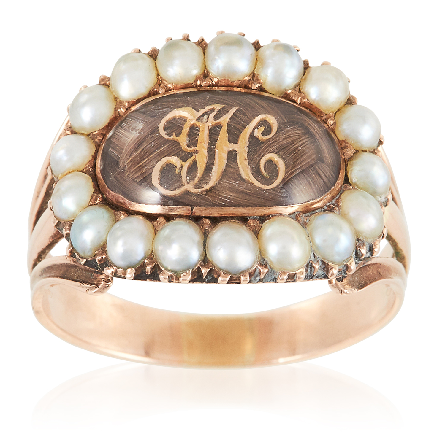 Los 10 - AN ANTIQUE GEORGIAN HAIRWORK AND PEARL MOURNING RING, EARLY 19TH CENTURY in high carat yellow
