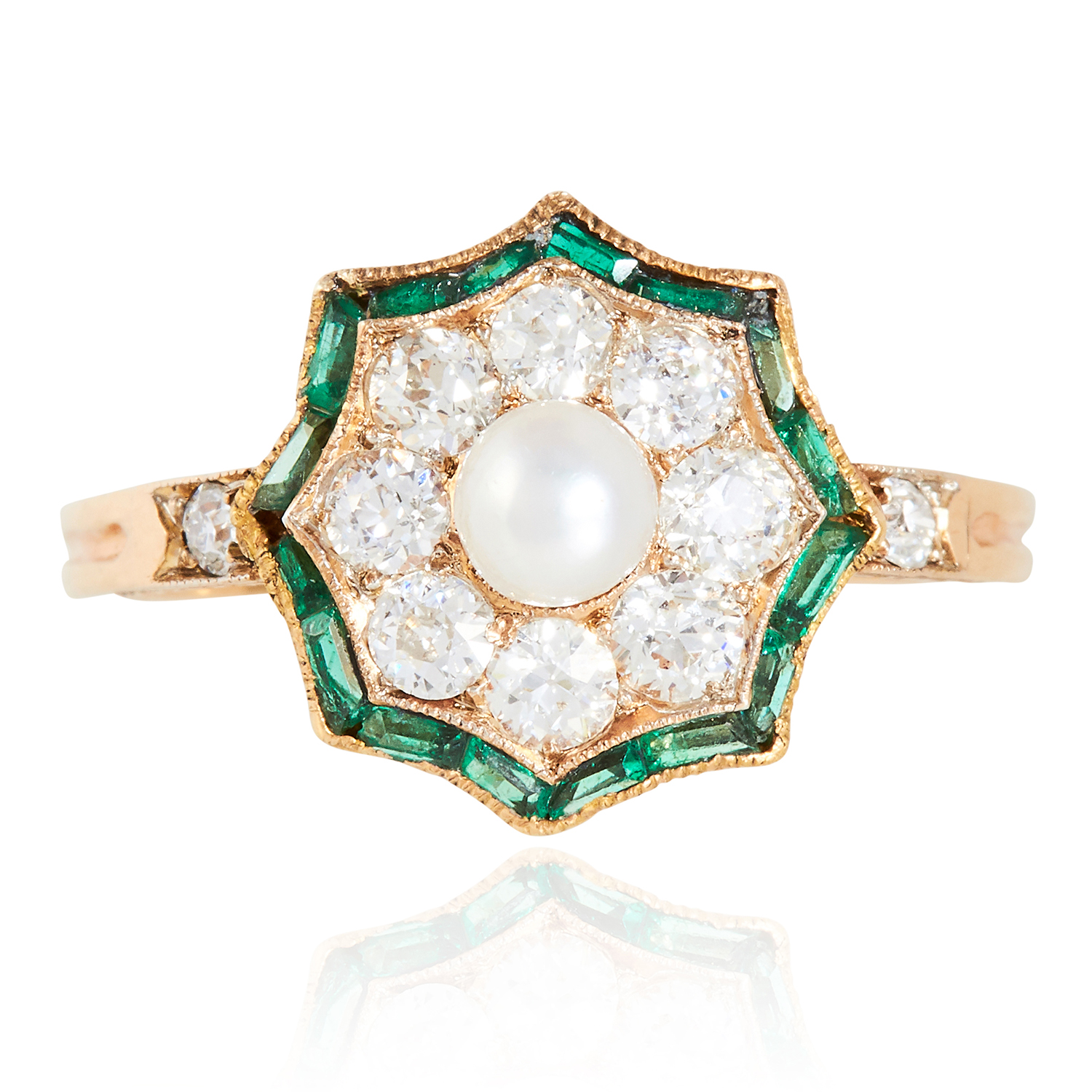 Los 16 - AN ART DECO PEARL, DIAMOND AND EMERALD RING in 18ct yellow gold, the central pearl encircled by