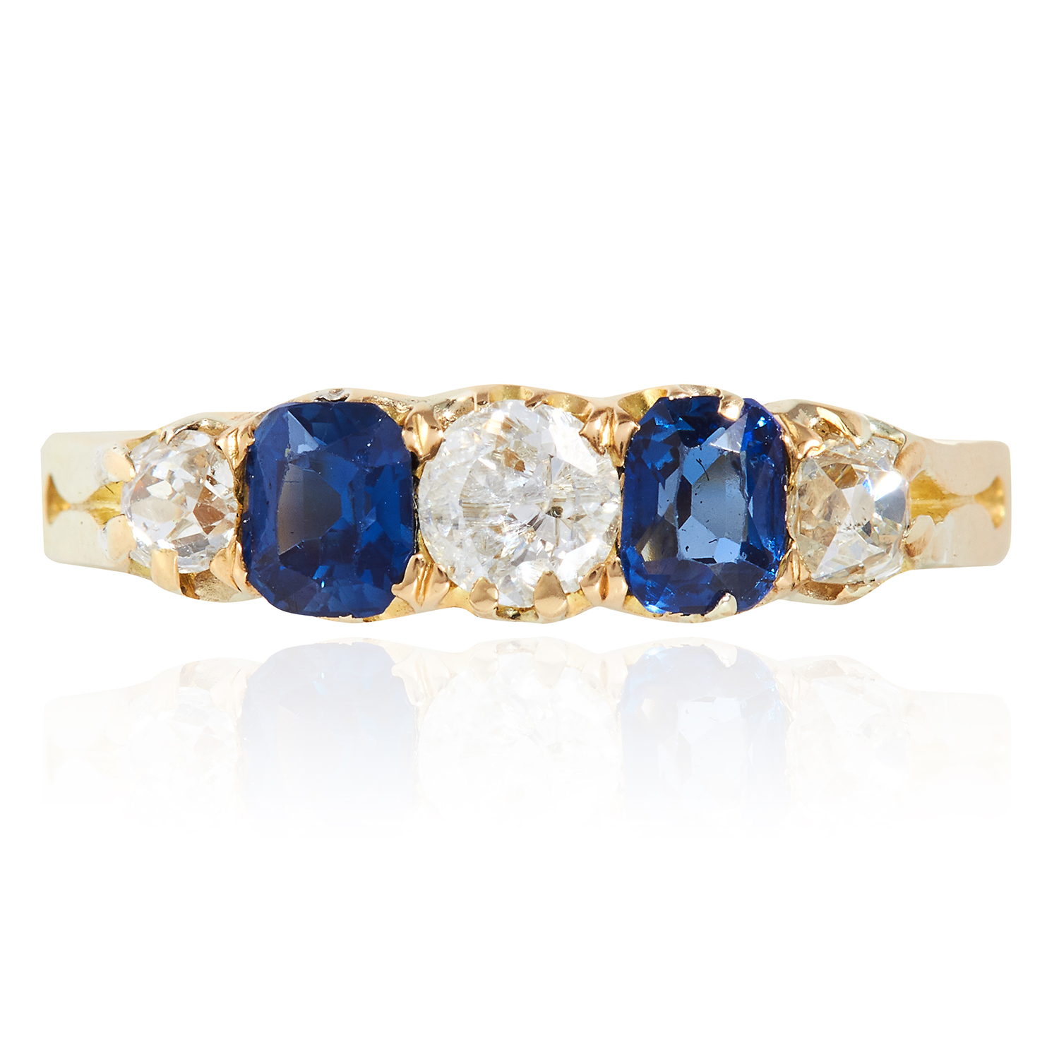 Los 22 - AN ANTIQUE SAPPHIRE AND DIAMOND RING in 18ct yellow gold, set with alternating oval cut sapphires