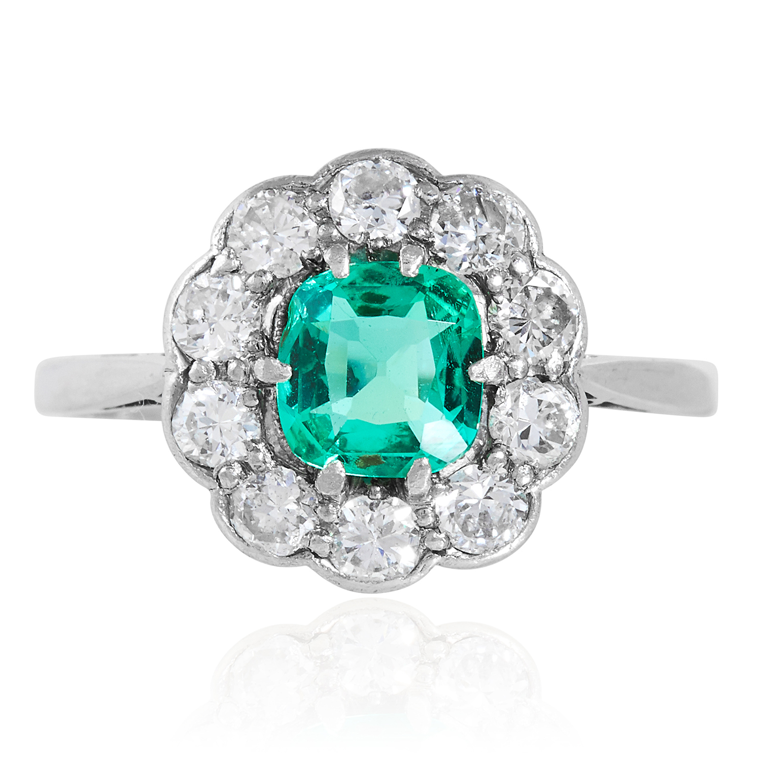 Los 40 - AN EMERALD AND DIAMOND CLUSTER RING in 18ct gold and platinum, set with a cushion cut emerald of