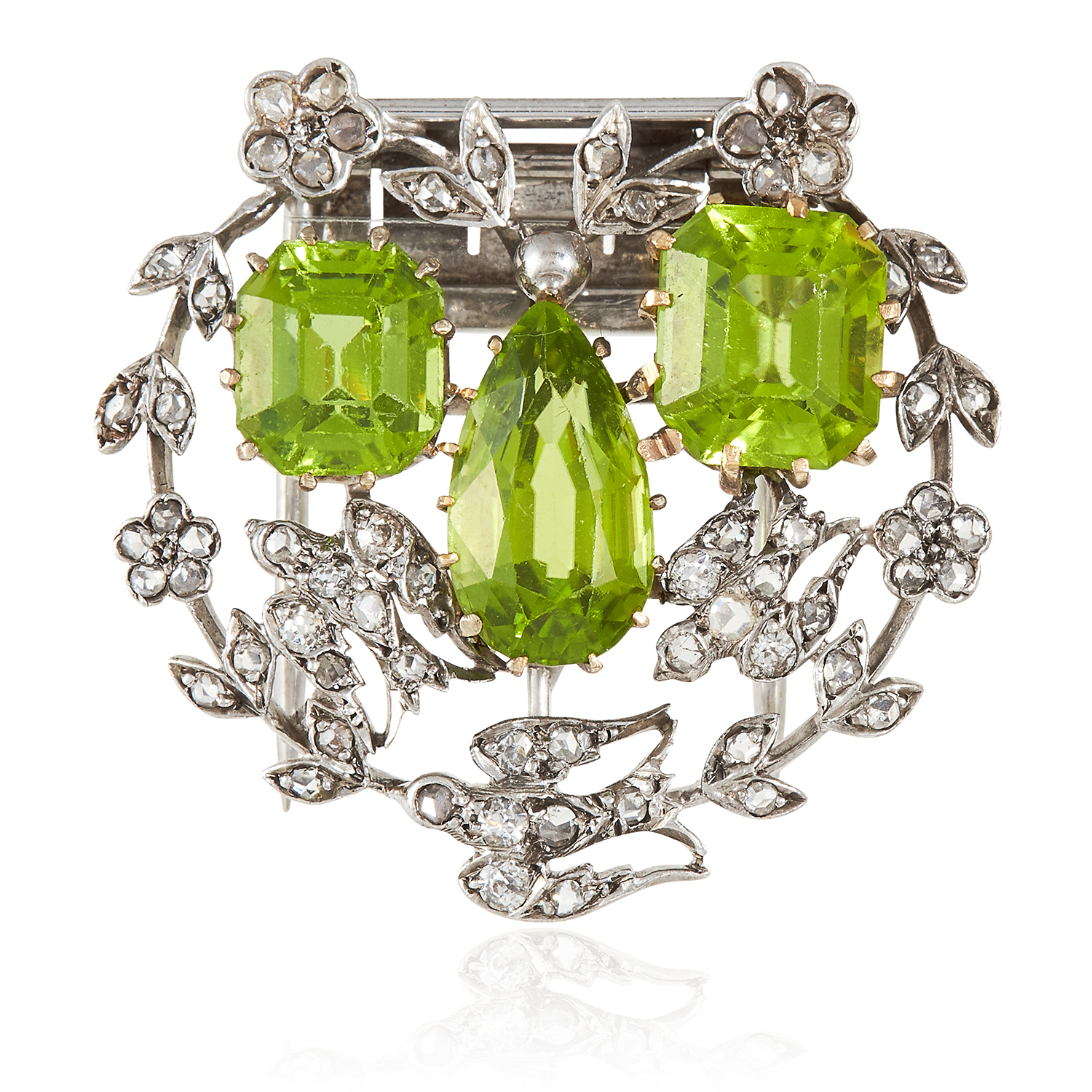Los 13 - A PAIR OF ANTIQUE PERIDOT AND DIAMOND CLIP BROOCHES in yellow gold and silver, each set with a