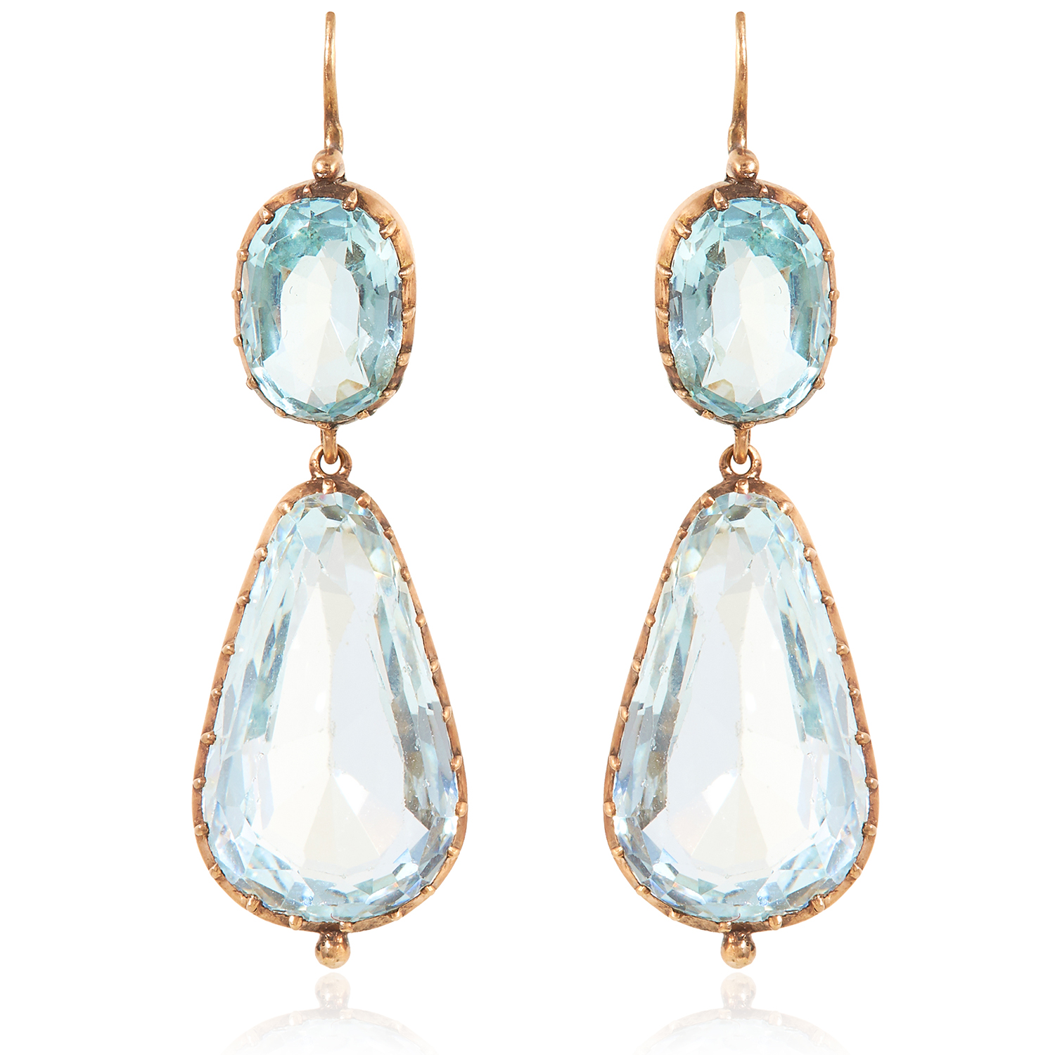 Los 17 - A PAIR OF ANTIQUE AQUAMARINE EARRINGS, EARLY 19TH CENTURY in high carat yellow gold, each formed