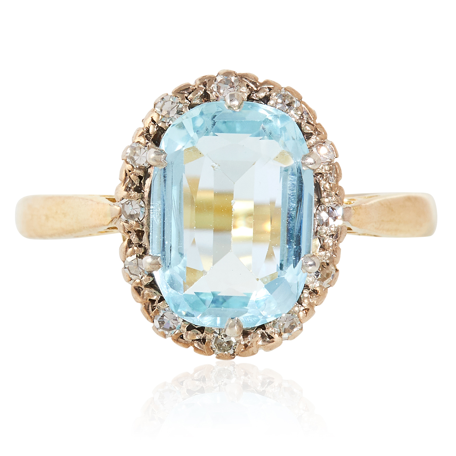 Los 19 - AN AQUAMARINE AND DIAMOND CLUSTER RING in yellow gold, set with a cushion cut aquamarine of