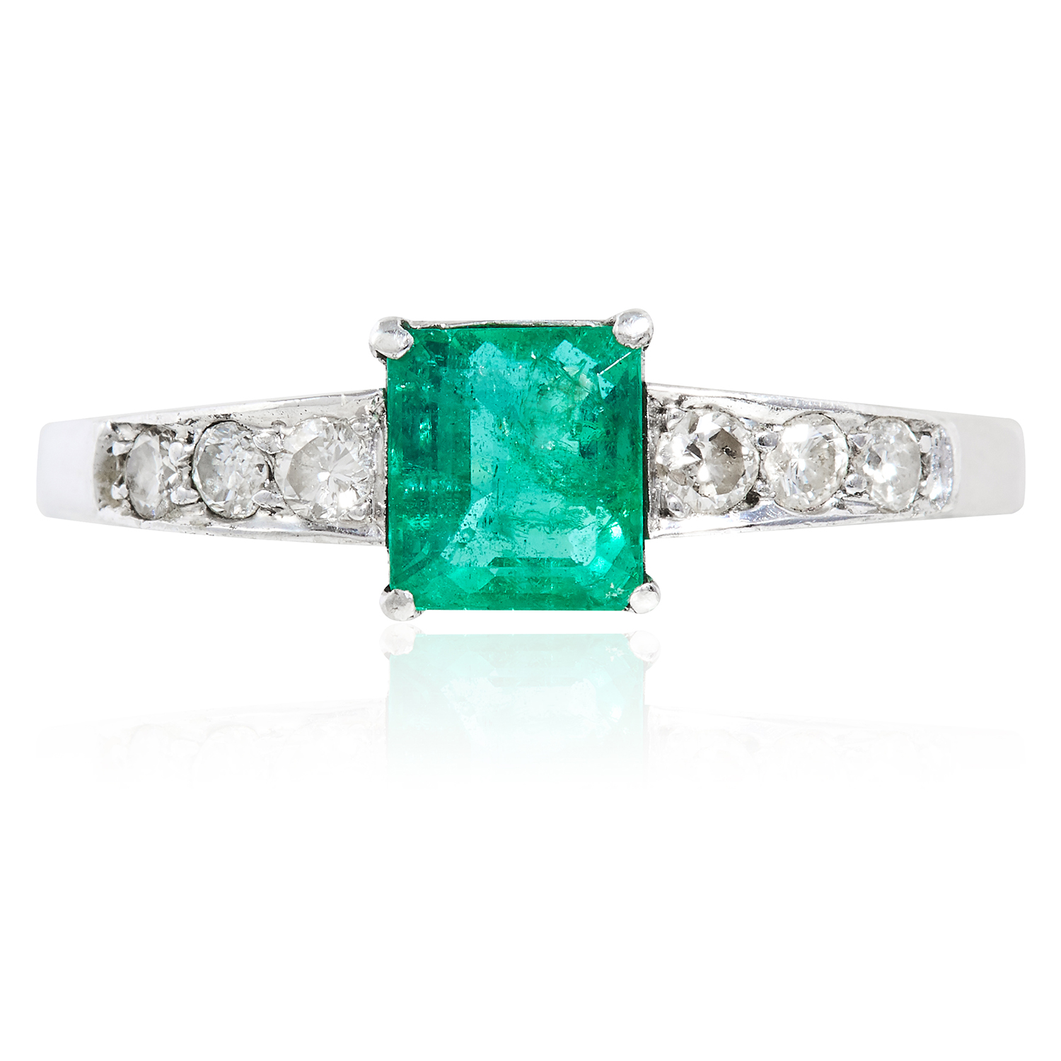Los 38 - AN EMERALD AND DIAMOND RING in platinum or white gold, the central step cut emerald of 0.85 carats