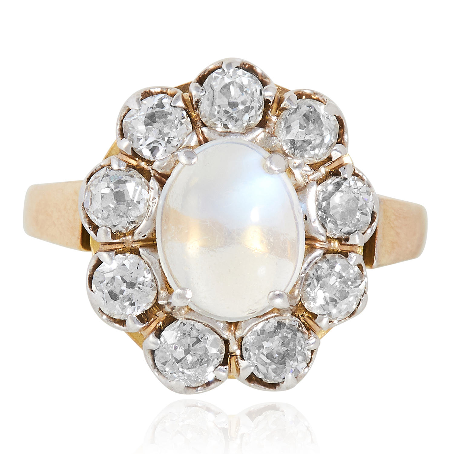 Los 25 - A MOONSTONE AND DIAMOND CLUSTER RING in yellow gold, set with a cabochon moonstone in a cluster of