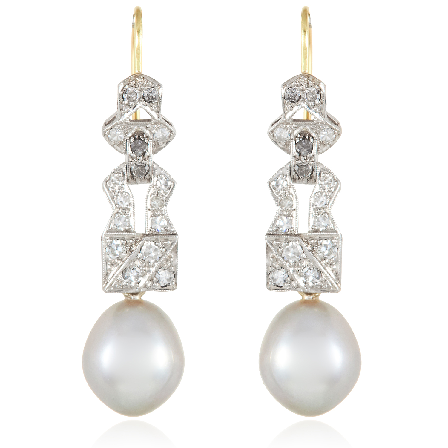 Los 26 - A PAIR OF ART DECO PEARL AND DIAMOND EARRINGS in 18ct yellow gold and platinum, each suspending a