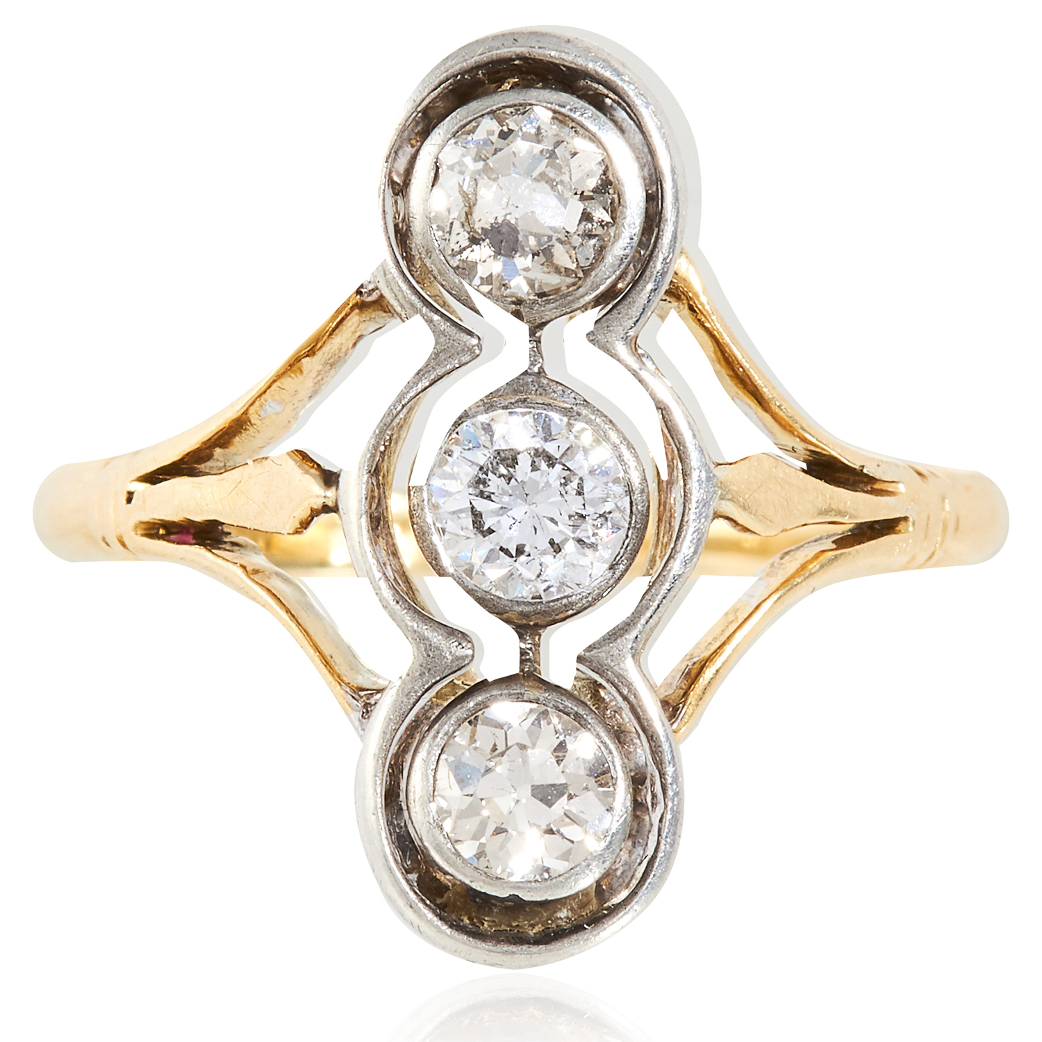 Los 33 - AN ART DECO DIAMOND THREE STONE RING in 18ct yellow gold and platinum, set with a trio of round
