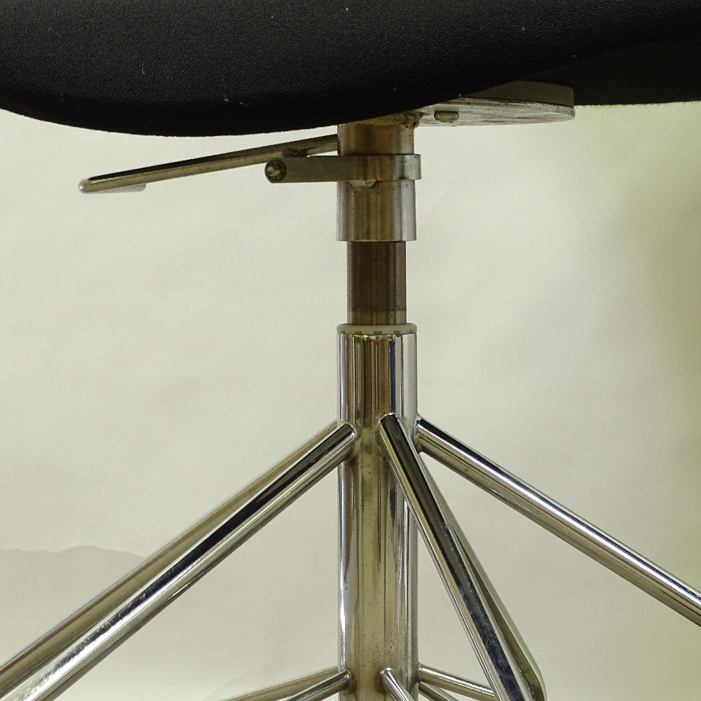 ARNE JACOBSEN FOR FRITZ HANSEN - a pair of Series 7 swivel office chairs, black upholstery with - Image 3 of 5