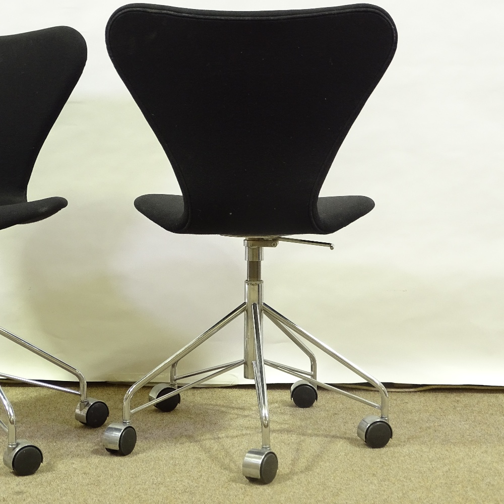 ARNE JACOBSEN FOR FRITZ HANSEN - a pair of Series 7 swivel office chairs, black upholstery with - Image 4 of 5