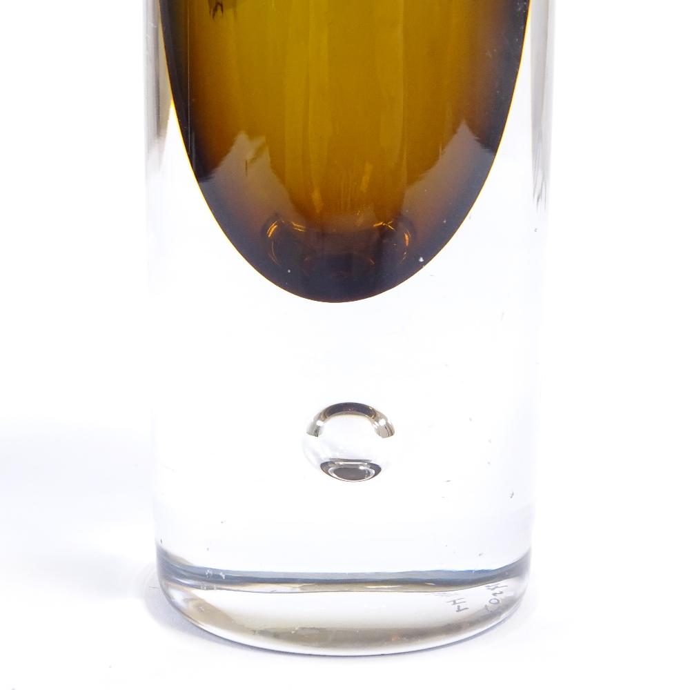 VICKE LINDSTRAND FOR KOSTA BODA - a Mid-Century Swedish amber art glass vase, cylindrical form - Image 3 of 5