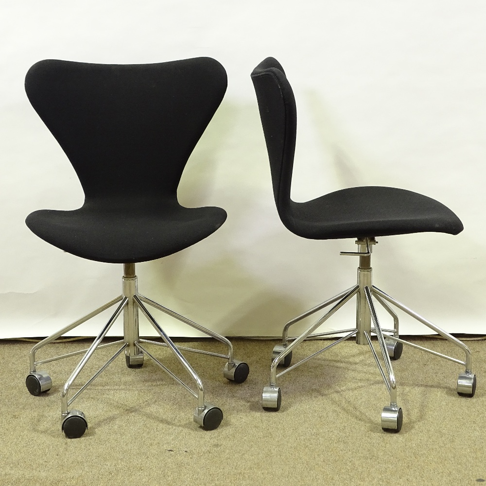 ARNE JACOBSEN FOR FRITZ HANSEN - a pair of Series 7 swivel office chairs, black upholstery with
