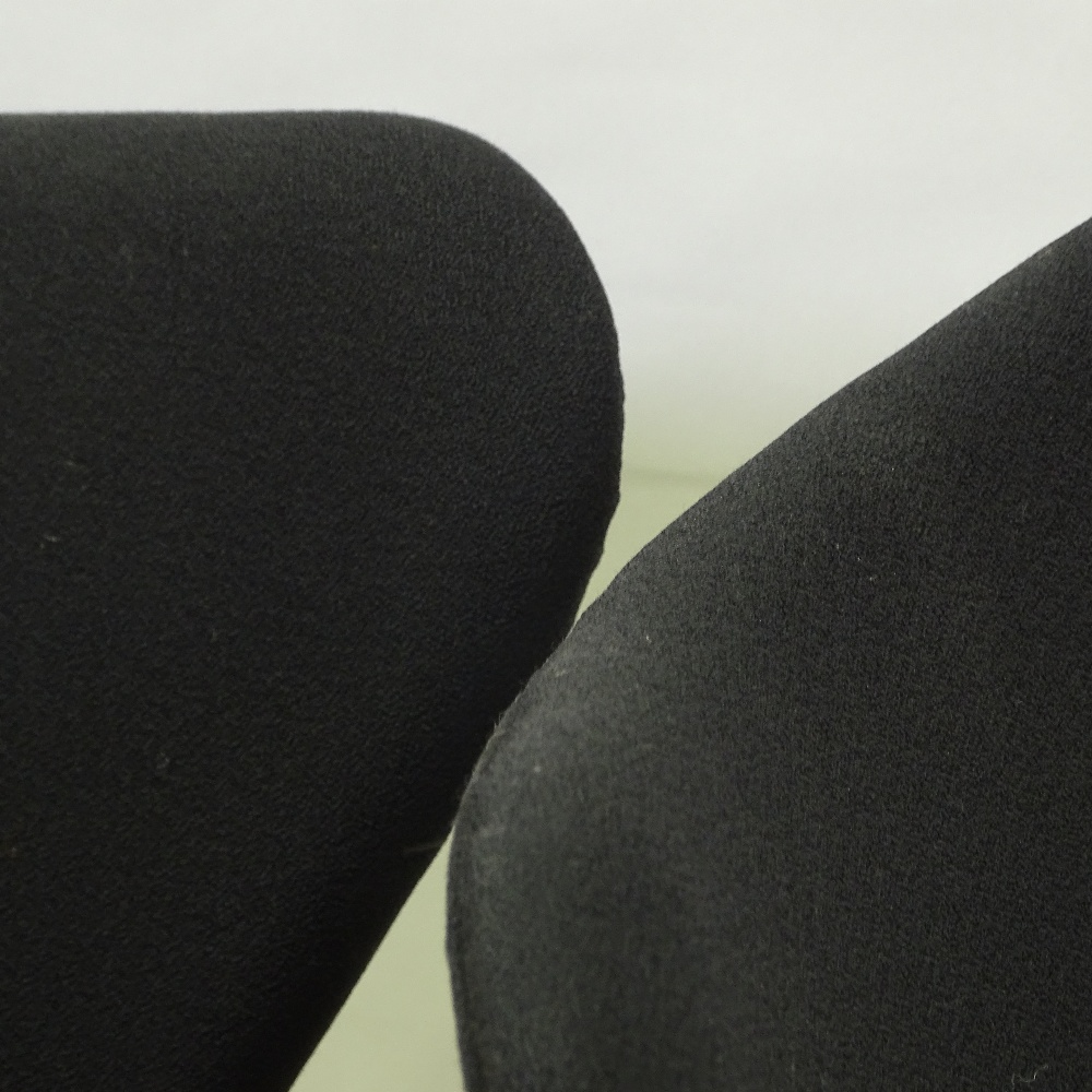 ARNE JACOBSEN FOR FRITZ HANSEN - a pair of Series 7 swivel office chairs, black upholstery with - Image 2 of 5