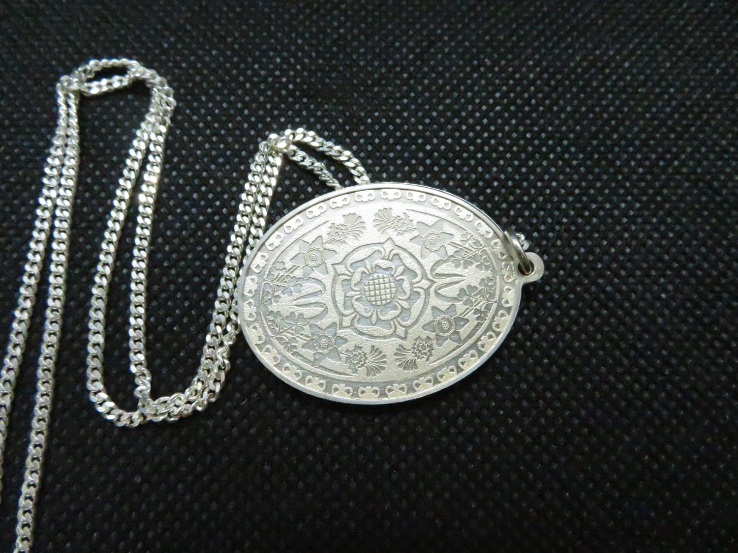 "Solid silver pendant celebrating QEII silver jubillee HM 1977 on 18"" silver curb link chain 18. - Image 2 of 2"
