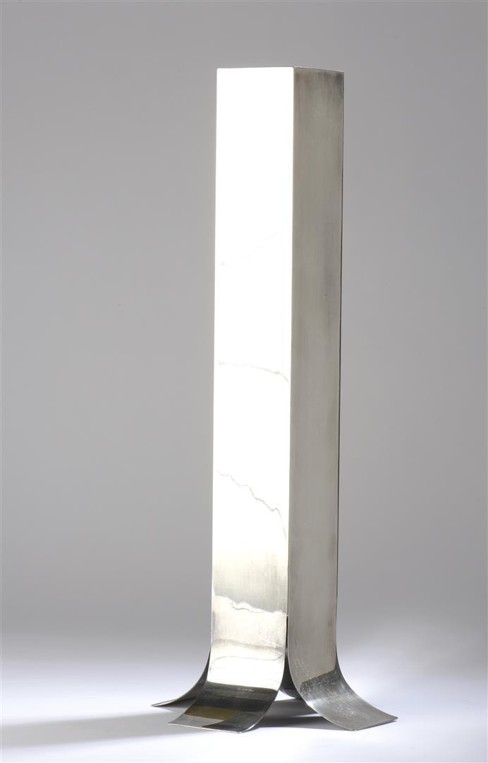 Lot 26 - Lino SABATTINI (1925-2016). Vase Stele de section carrée en métal argenté à [...]