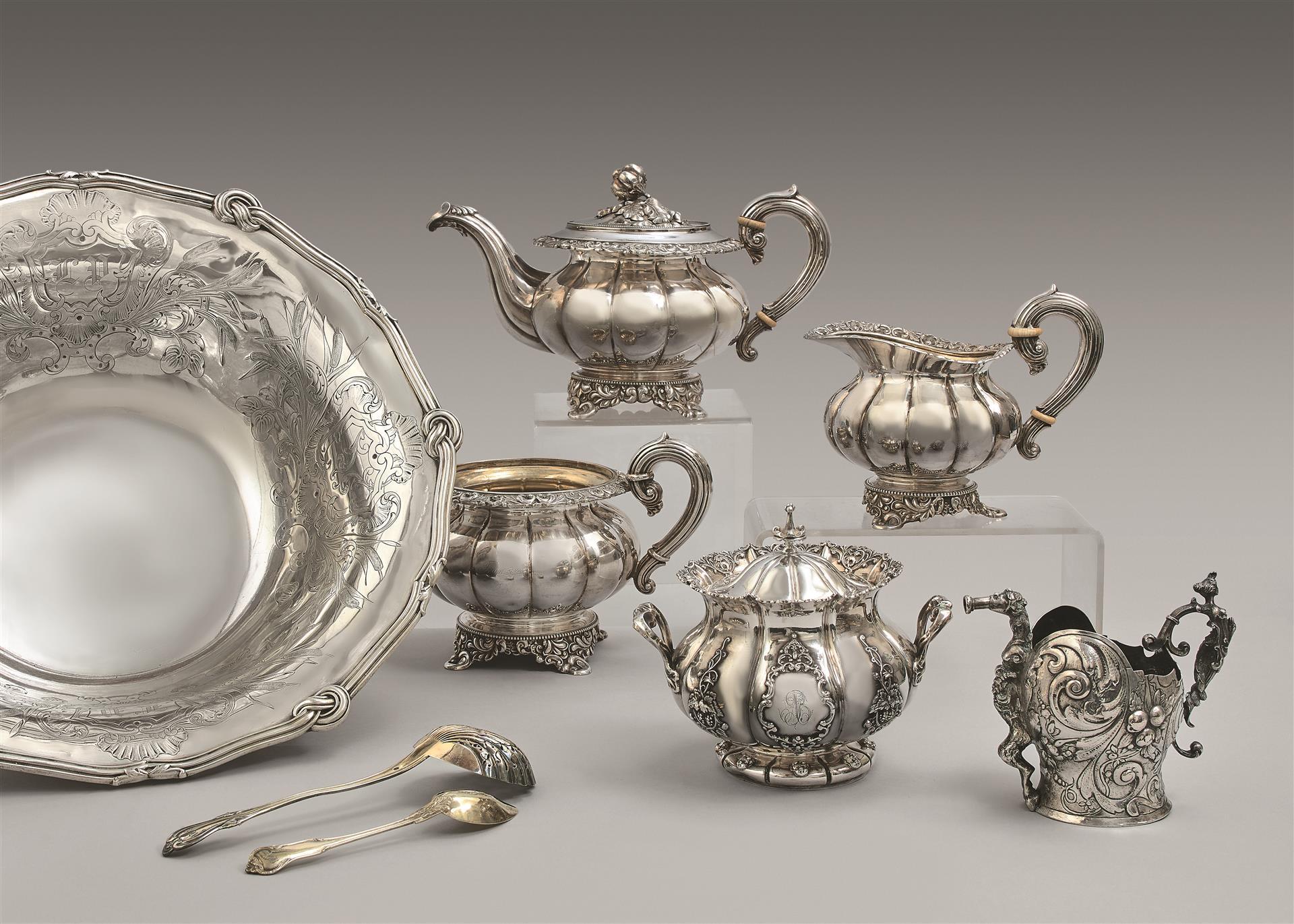 Lot 10 - Dix-huit cuillers à thé et une cuiller saupoudreuse en vermeil 800 et 950 [...]