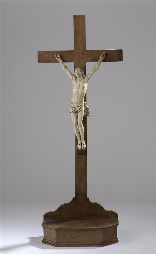 Lot 32 - Christ vivant en ivoire sculpté, le périzonium noué et les pieds juxtaposés. [...]
