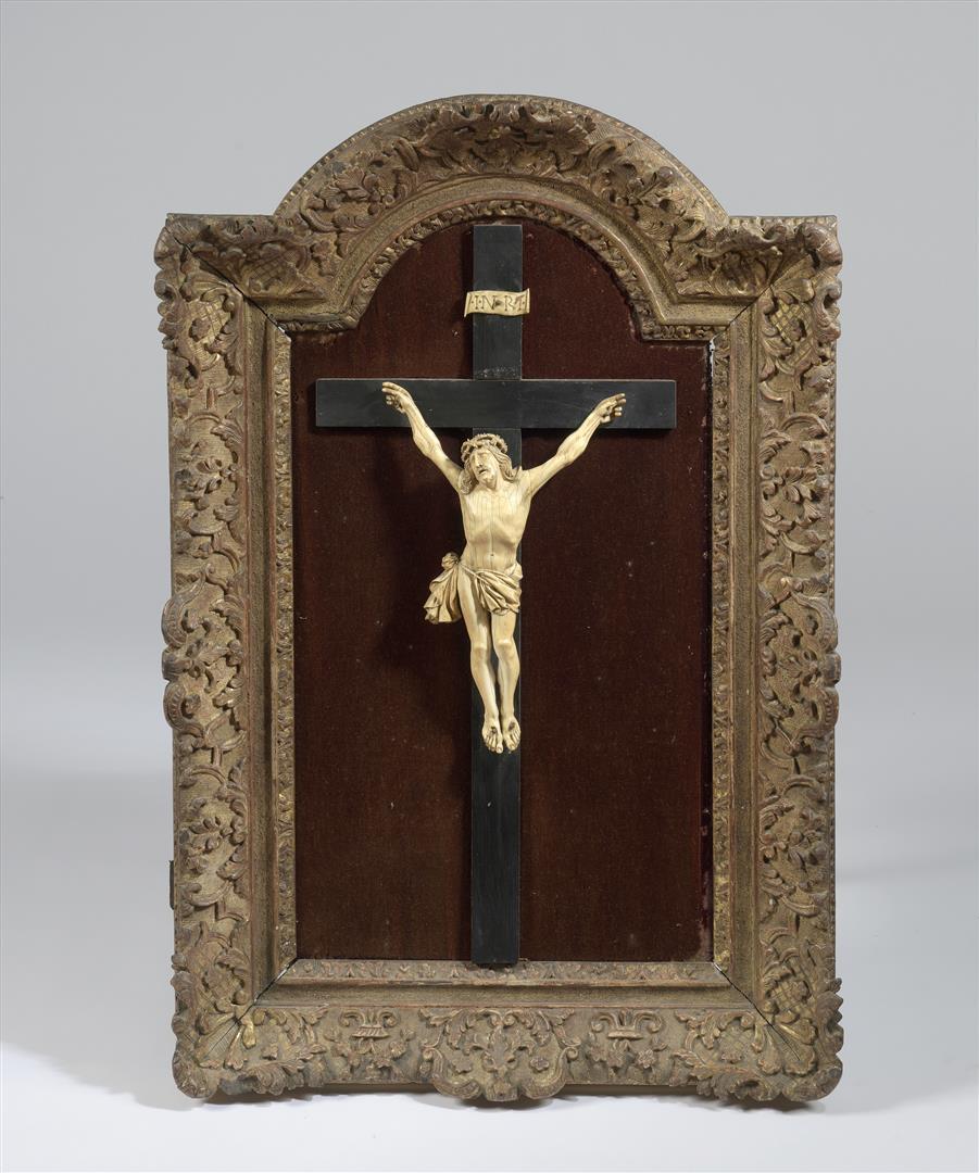 Lot 38 - Crucifix, le Christ en ivoire sculpté et la croix en bois noirci sur fond velours [...]