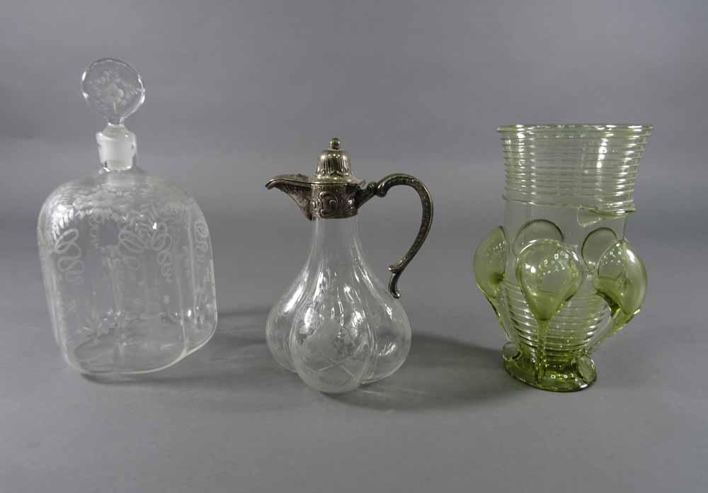 Zwei verschiedene Glaskaraffen