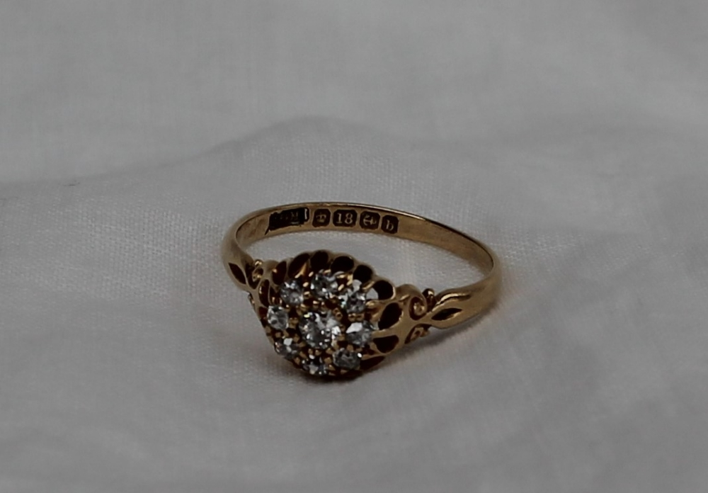 Lot 31 - A late Victorian 18ct yellow gold diamond cluster ring, set with old round cut diamonds, Birmingham,