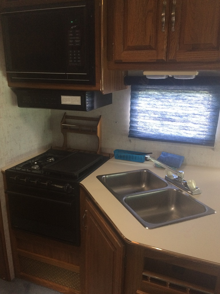 Lot 197 - 1992 FORD 27' CLASS C MOTOR HOME - SLEEPS 6 W/ BUILT IN GENERATOR, 460 GAS ENGINE, A/C