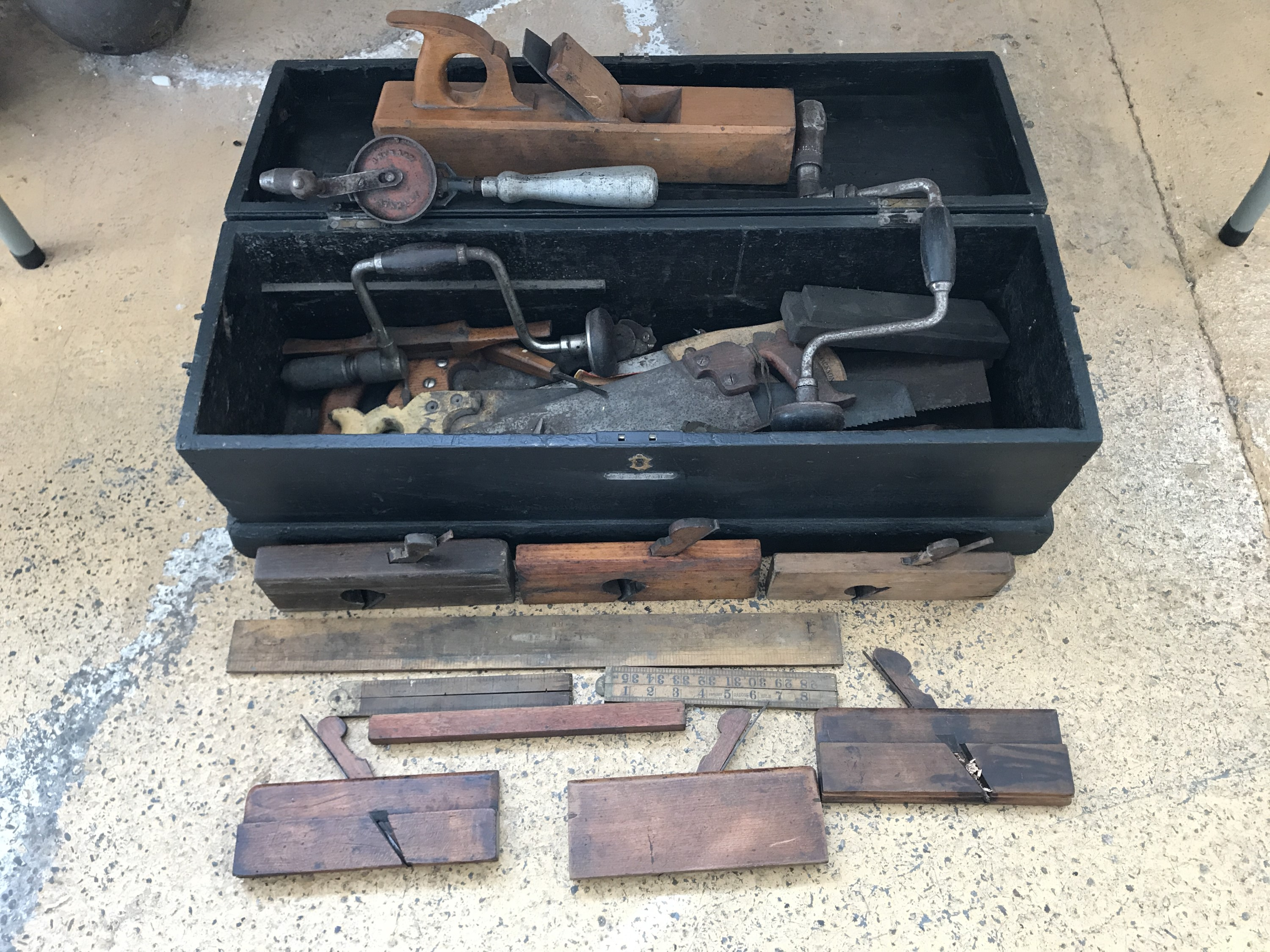 Lot 43 - A late 19th / early 20th Century joiner's tool chest and tools