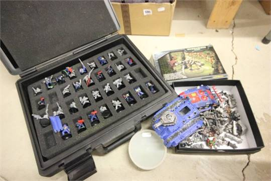 Games Workshop carry case with plastic figures plus a tray of metal